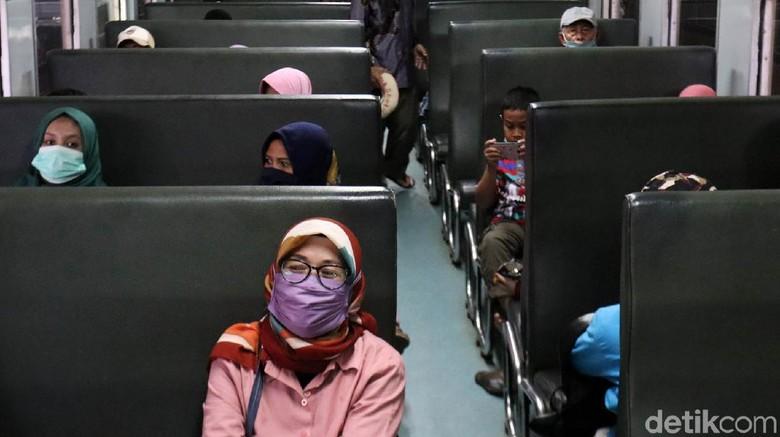 Sejak wabah COVID-19 terjadi di Kota Bandung, Jawa Barat perjalanan kereta api jarak jauh di Stasiun Kereta Api Kiaracondong Bandung dibatalkan sementara. Penumpang pun sepi.