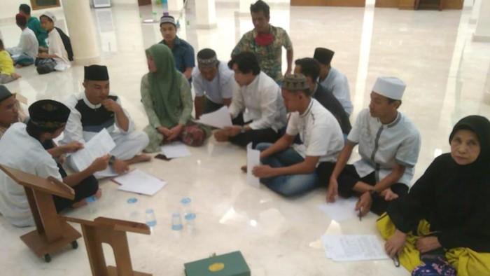 Para pelaku saat mendatangi masjid Al-Saleh untuk berdamai (Dok. Istimewa)