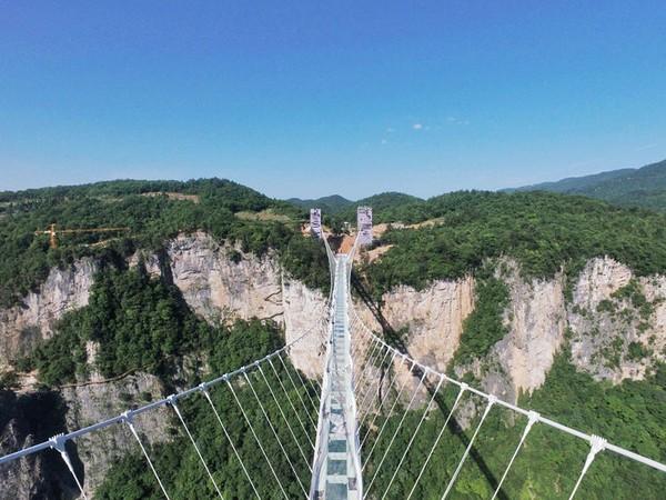 Jembatan ini juga dapat dibilang ekstrem karena siapa pun yang melewatinya akan bisa melihat pemandangan apa pun yang berada di bawah jembatan ini, langsung di bawah kaki mereka. Istimewa/dok. highestbridges.com