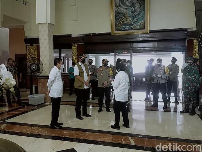 Menteri Kesehatan Terawan Agus Putranto dan Kepala BNPB Doni Monardo berkunjung ke Balai Kota Surabaya. Kedatangan mereka langsung disambut Wali Kota Tri Rismaharini.