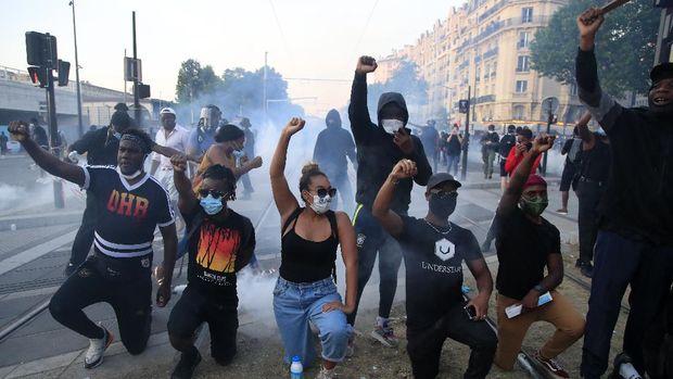 Unjuk rasa dukung George Floyd berujung rusuh sampai Paris. AP/Rafael Yaghobzadeh