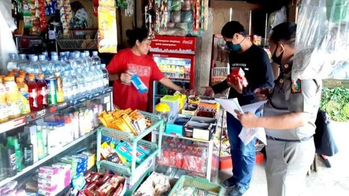 Satgas COVID-19 Tana Toraja saat tarik produk kedaluwarsa