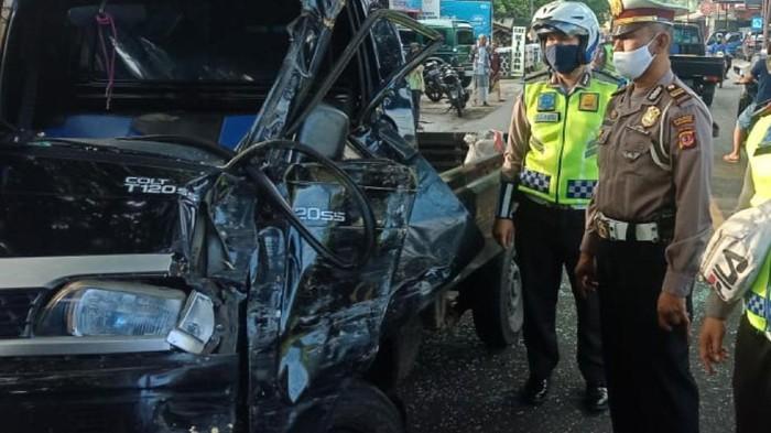 Mobil pikap yang membawa penumpang menabrak pohon di Palabuhanratu Sukabumi.