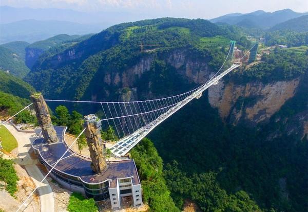 Jembatan kaca Zhangjiajie merupakan jembatan kaca tertinggi dan terpanjang di dunia yang terletak di Zhangjiajie dengan lanskapnya seperti di film Avatar. Istimewa/IC via The China Daily