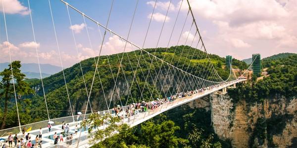 Menurut sang arsitek, jembatan ini bisa dinaiki oleh 2.000 orang sekaligus tetapi jumlah maksimal pengunjung yang boleh berjalan bersamaan di jembatan adalah 500-800 orang. Istimewa/dok. zhangjiajieholiday.com