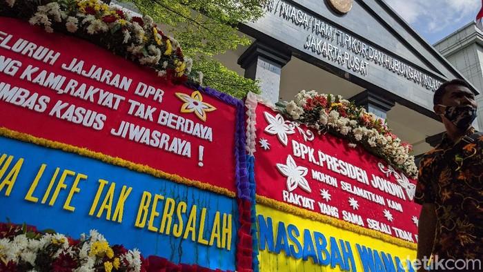 Sebanyak enam tersangka kasus korupsi Jiwasraya akan menghadapi sidang perdana hari ini. Jelang sidang, PN Jakarta Pusat dipenuhi karangan bunga.