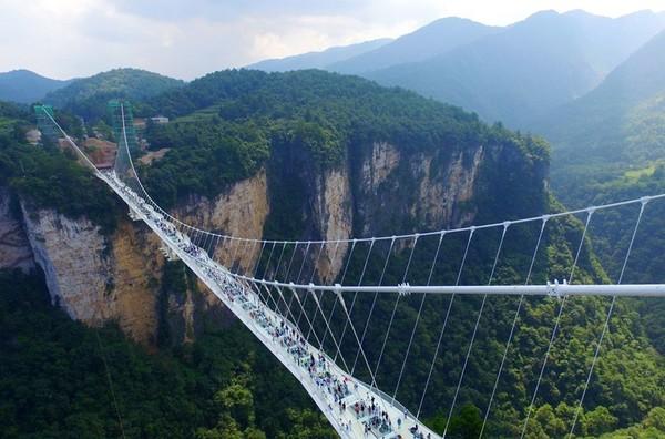 Jembatan kaca sepanjang 430 meter ini telah dibangun di ngarai Taman Hutan Nasional Zhangjiajie China. Dirancang oleh arsitek Haim Dotan. Istimewa/dok. goldenrama.com