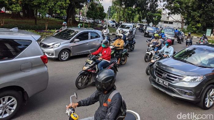 Arus lalu-lintas di Bundaran Pondok Indah, Jl Metro Pondok Indah, Jaksel, terpantau ramai lancar. Arus sempat tersendat saat lampu merah menyala.
