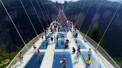 Akhirnya, Bungee Jumping Tertinggi di Jembatan Kaca Tertinggi Dunia Buka Kembali