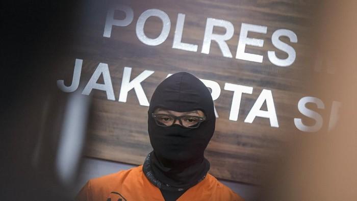 Aktor Dwi Sasono dihadirkan penyidik Satnarkoba pada rilis kasus narkoba di Polres Jakarta Selatan, Jakarta, Senin (1/6/2020). Pemeran di sejumlah film dan program televisi di Indonesia tersebut ditetapkan sebagai tersangka kasus kepemilikan narkoba dengan barang bukti ganja seberat 16 gram setelah ditangkap di rumahnya di kawasan Pondok Labu, Jakarta Selatan. ANTARA FOTO/Galih Pradipta/wsj.