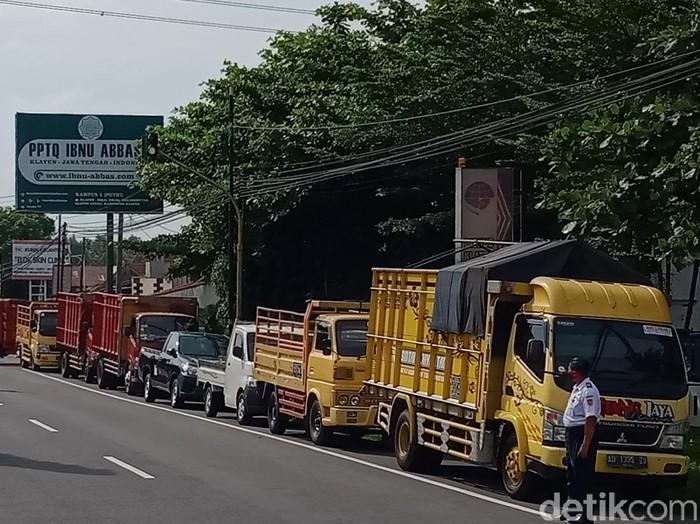 Antrean kendaraan akan uji KIR di Klaten, Rabu (3/6/2020).