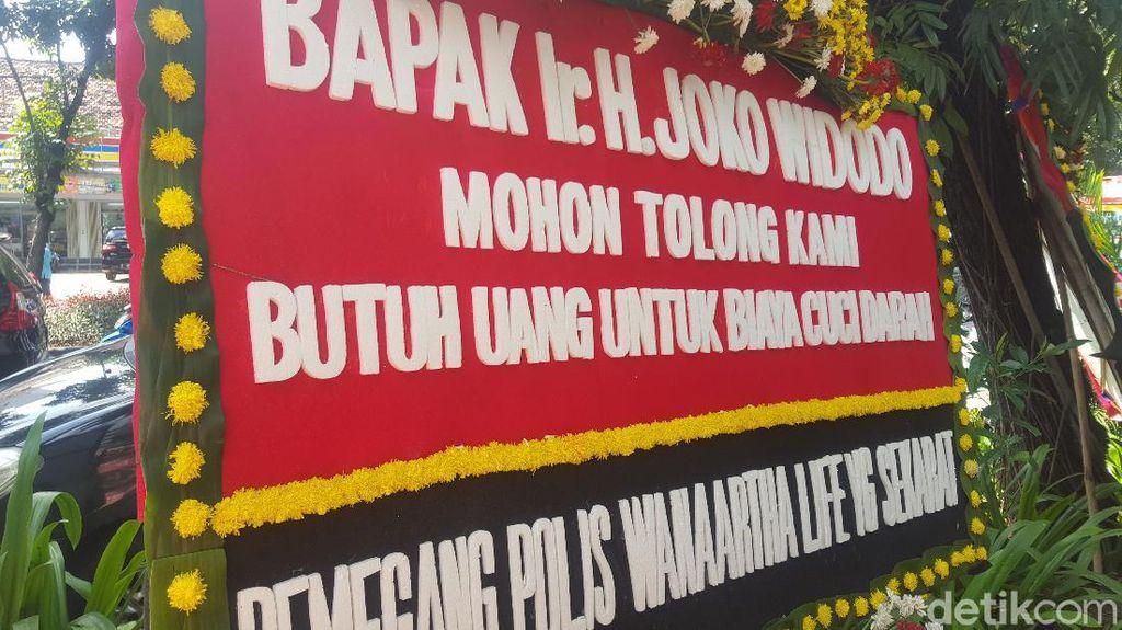 Karangan Bunga Korban Jiwasraya Berjejer di PN Jakpus Jelang Sidang Dakwaan