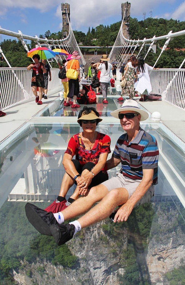 Saat menaiki jembatan ini, para pengunjung harus menggunakan sarung khusus alas kaki agar kaca tidak lecet. Istimewa/HighestBridges.com/Eric Sakowski