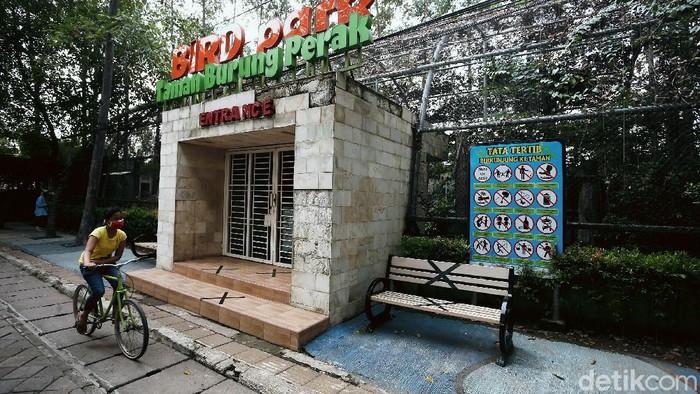 Bird Park Tangerang atau Taman Burung Perak yang berlokasi di Jalan M Yamin, Kecamatan Tangerang, Kota Tangerang, ditutup selama wabah pandemi COVID-19.