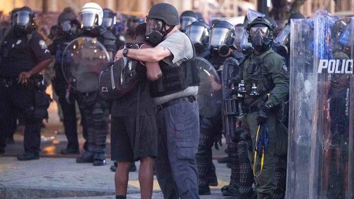 Sejumlah momen terjadi di tengah aksi demonstrasi kematian George Floyd di Amerika Serikat. Salah satu momen menggambarkan keakraban polisi dan demonstran.