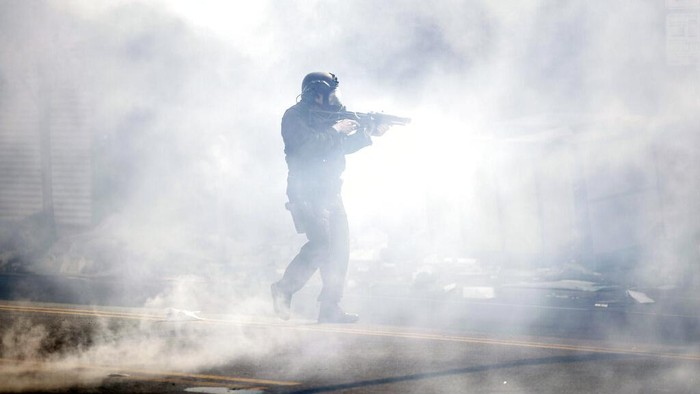 Polisi AS dikerahkan untuk mangatasi aksi demonstrasi terkait kematian George Floyd. Gas air mata pun ditembakkan untuk membubarkan massa aksi.