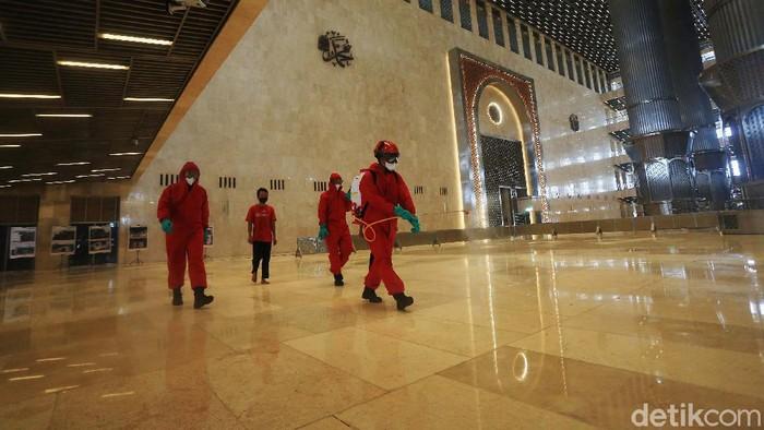 Penyemprotan disinfektan kembali dilakukan di Masjid Istiqlal, Jakarta Pusat. Kegiatan ini untuk meningkatkan protokol kesehatan jelang dibukanya kembali Masjid Istiqlal.
