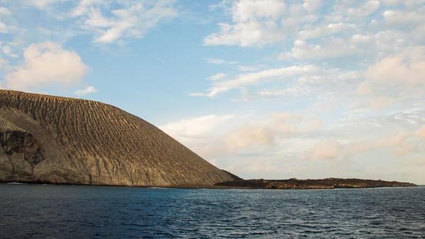 Tujuan menyelam di Pasifik lainnya yang bisa dijelajah dengan tinggal di kapal yakni Taman Nasional Revillagigedo. Letak sekitar 402 km barat daya Semenanjung Baja California dan dianggap sebagai cagar laut terbesar yang sepenuhnya dilindungi di Amerika Utara.