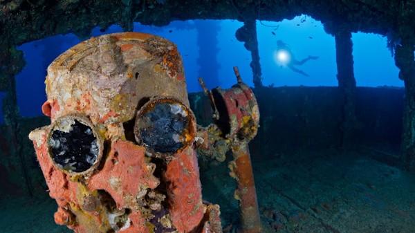 Salah satu tujuan utama dunia untuk penyelam bangkai kapal adalah Chuuk Lagoon (sebelumnya bernama Truk Lagoon) di Mikronesia. Di sana adalah kuburan lebih dari 60 kapal perang Jepang yang ditenggelamkan selama Perang Dunia II oleh Angkatan Laut AS dalam Operasi Hailstone tahun 1944.