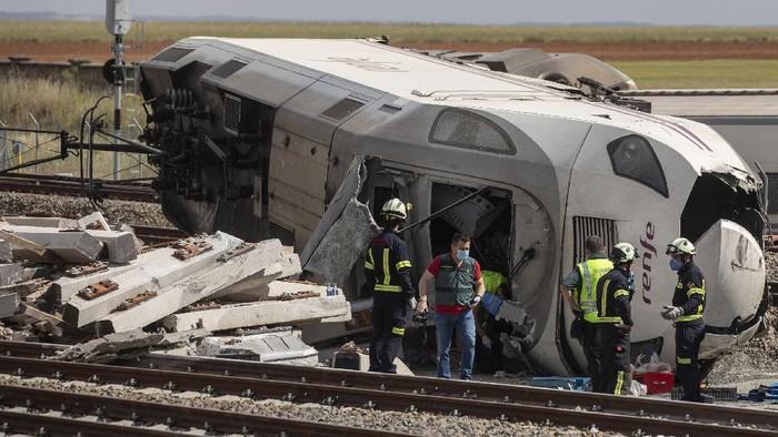 Kecelakaan kereta dengan mobil terjadi di Spanyol. Akibat insiden tersebut dua orang tewas yakni masinis dan sopir mobil.