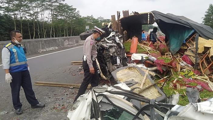 Dua truk kecelakaan di Tol Salatiga-Bawen, Semarang. Satu orang tewas, Rabu (3/6/2020).