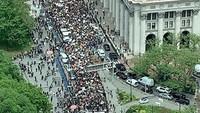Suarakan Black Lives Matter, Massa Demo Kasus Floyd Padati Balai Kota New York