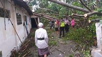 Belasan Rumah Rusak Diterjang Angin Kencang, Satu Mobil Tertimpa Pohon