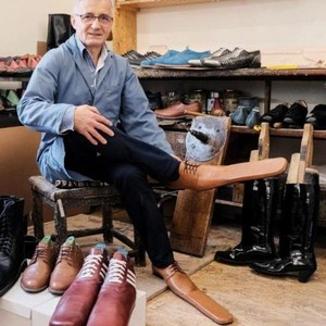 Paksa Orang Jaga Jarak, Pria Ini Buat Sepatu Pinokio Berhidung Panjang