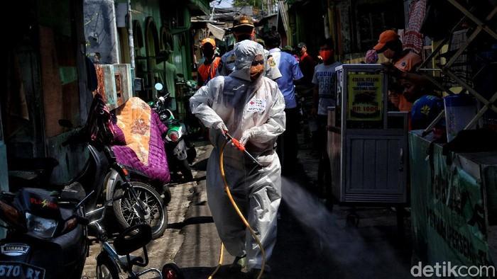 Sejumlah petugas PMI melakuan penyemprotan di kawasan Kemayoran, Jakpus. Operasi disinfeksi menyasar pemukiman padat dan sejumlah masjid.