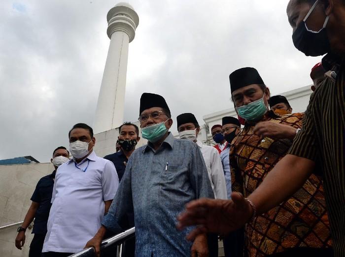 Ketum DMI Jusuf Kalla (JK) mengecek Ppenyemprotan masjid jelang persiapan masjid menghadapi new normal.
