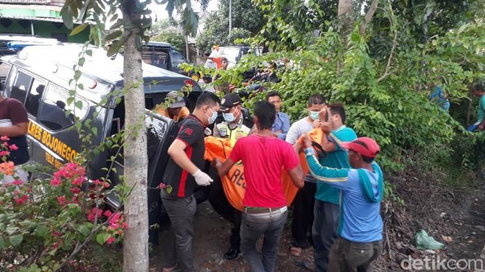 Dua wanita di Bojonegoro tewas tertabrak kereta api jurusan Pasar Turi Surabaya-Bojonegoro. Sementara seorang balita kritis.