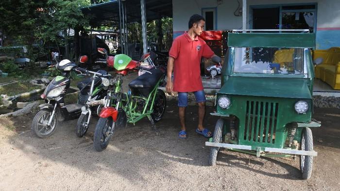 Sasmito menaiki mobil listrik buatannya sendiri di Desa Wonoasri, Tempurejo, Jember, Jawa Timur, Rabu (3/6/2020).  Warga desa lulusan SMP itu memilih merakit kendaraan listrik seperti mobil, dan sepeda untuk kendaraan keluarga karena ramah lingkungan, dan menurutnya lebih murah daripada kendaraan berbahan bakar minyak. ANTARA FOTO/Seno/foc.