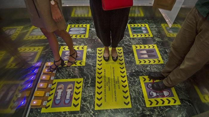 Petugas bermasker dan berpelindung wajah membersihkan  lantai di Mal Central Park, Jakarta, Rabu (3/6/2020). Selain menerapkan protokol kesehatan ketat, sejumlah pusat perbelanjaan juga menyediakan fasilitas pendukung physical distancing, seperti mesin pembersih tangan otomatis, mesin penjual masker, alat pendeteksi suhu, dan stiker tanda jaga jarak sebagai persiapan operasional di era normal baru. ANTARA FOTO/Aditya Pradana Putra/foc.