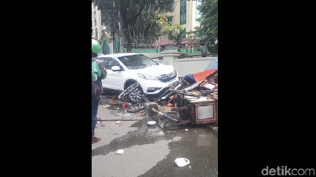Video Mobil CR-V Seruduk Gerobak Ketoprak-Bakso di Casablanca