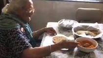 Inspiratif! Nenek 99 Tahun Bagikan Makanan Gratis untuk Para Migran Korban Corona