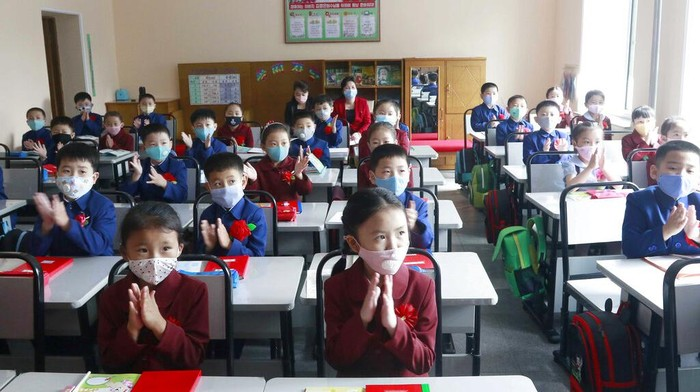 Sejumlah sekolah di Korea Utara kembali dibuka untuk umum. Hal itu dilakukan usai pemerintah setempat melonggarkan pembatasan sosial terkait Corona.