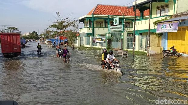 Penampakan gelombang tinggi di pesisir Kota Pekalongan, Rabu (3/6/2020)