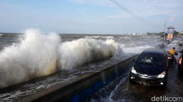 Gelombang tinggi menghantam pesisir utara Kota Pekalongan. Air pasang pun menggenangi permukiman warga.
