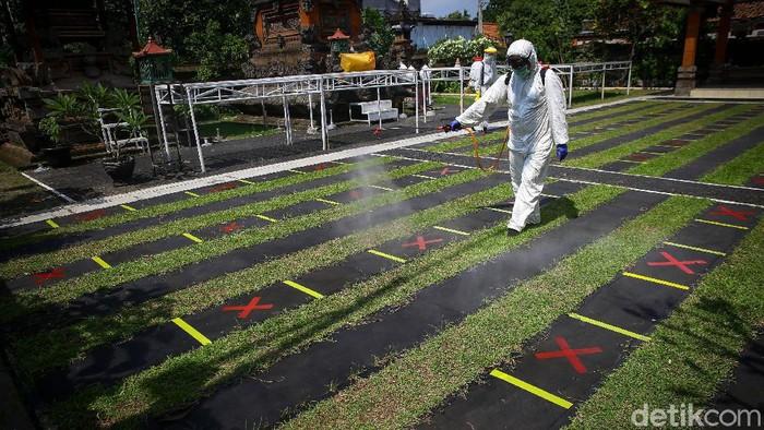 Petugas PMI melakukan penyemprotan disinfektan di Pura Kerta Jaya, Tangerang. Penyemprotan itu dilakukan sebagai upaya pencegahan penyebaran virus Corona.