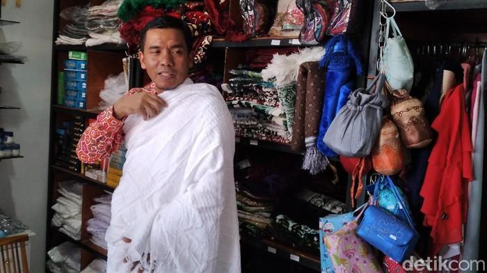 Sejumlah toko perlengkapan dan oleh-oleh haji di Kabupaten Kulon Progo kini sepi pembeli. Hal tersebut merupakan imbas dari pembatalan haji tahun 2020.