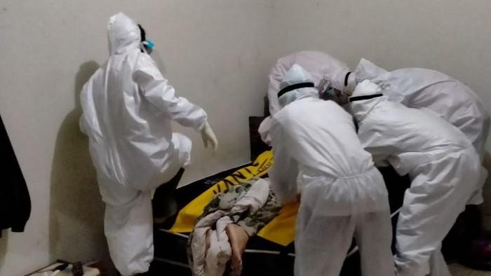Petugas ber-APB lengkap evakuasi WNA yang tewas di kamar kos.
