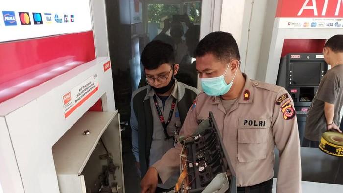 Polisi cek ATM lokasi Kapolsek Cileungsi ditipu