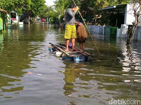 Banjir air laut atau rob kembali menggenangi permukiman warga di Kota Pekalongan. Luapan air mulai masuk di permukiman Kelurahan Slamaran pada dini hari tadi.