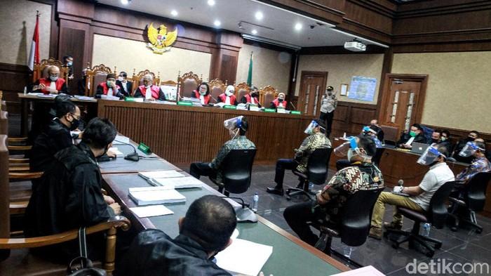 Sidang kasus Jiwasraya digelar hari ini di PN Jakarta Pusat. Para terdakwa kasus tersebut tampak hadir dengan mengenakan masker pelindung wajah.