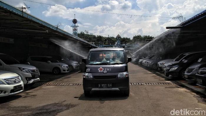 PMI melakukan penyemprotan disinfektan di kawasan Pasar Mobil Kemayoran. Kegiatan itu dilakukan sebagai upaya untuk memutus rantai penyebaran COVID-19.
