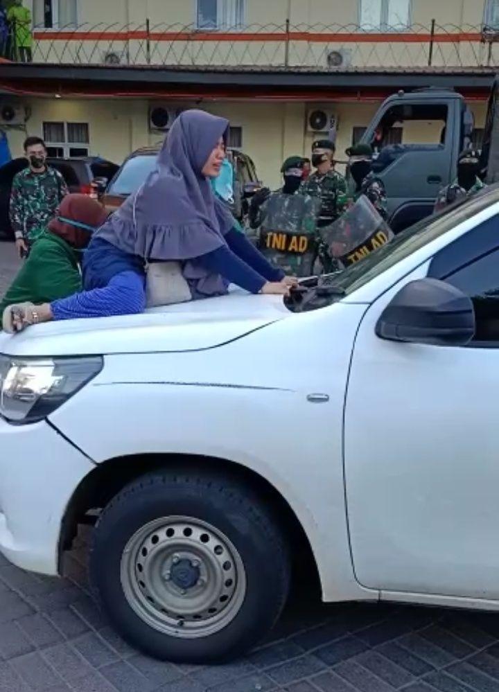 Seorang wanita di Makassar naik ke atas mobil jenazah memohon agar ibunya tidak dimakamkan dengan protokol COVID-19 (dok. Istimewa).