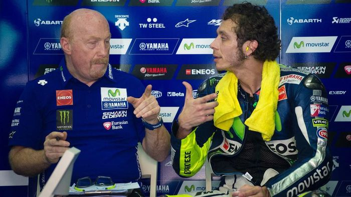 Movistar Yamaha rider Valentino Rossi of Italy (R) speaks to his crew chief Silvano Galbusera (L) during the second MotoGP pre-season testing session on the second day at the Sepang circuit outside Kuala Lumpur on February 24, 2015. AFP PHOTO / MOHD RASFAN (Photo by MOHD RASFAN / AFP)