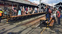 Stasiun Manggarai Dipadati Penumpang Sore Ini, Banyak yang Abaikan Jaga Jarak