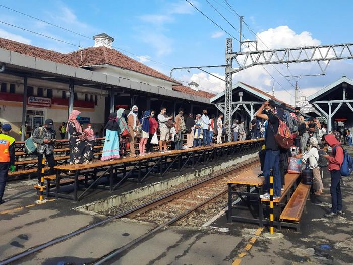 Stasiun Manggarai padat meski masih PSBB