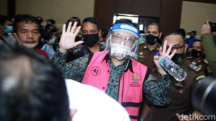 Sebanyak enam tersangka kasus korupsi Jiwasraya menjalani sidang perdana di Pengadilan Negeri Jakarta Pusat, Jakarta, Rabu (3/6/2020). Mereka hadir dengan memakai masker dan face shield.